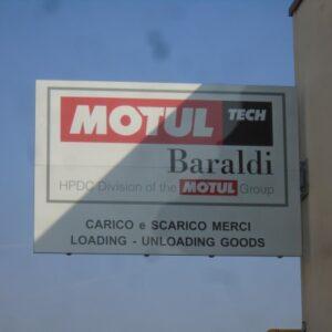Baraldi Motul - Segnaletica e viabilità interna, Insegna, Bacheche